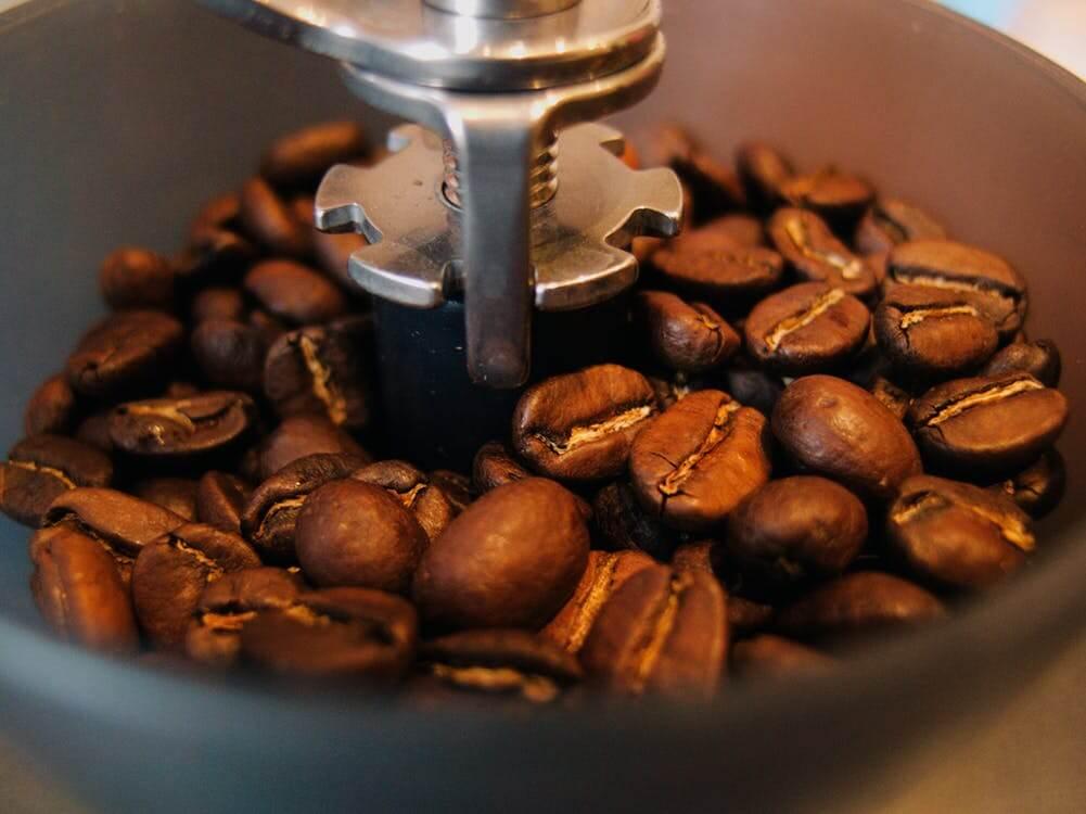 Pourquoi acheter une machine à café avec broyeur intégré